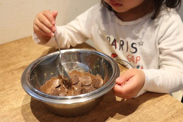 チョコを湯煎にかける