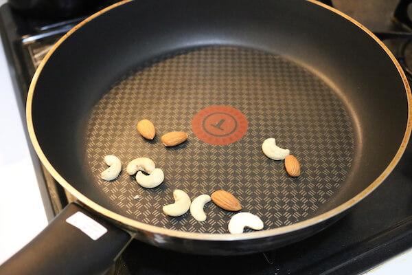 ナッツを炒める