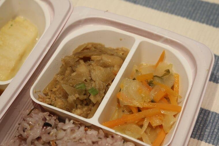 ママの休食「グリルチキンと野菜カレーソース」のおかず